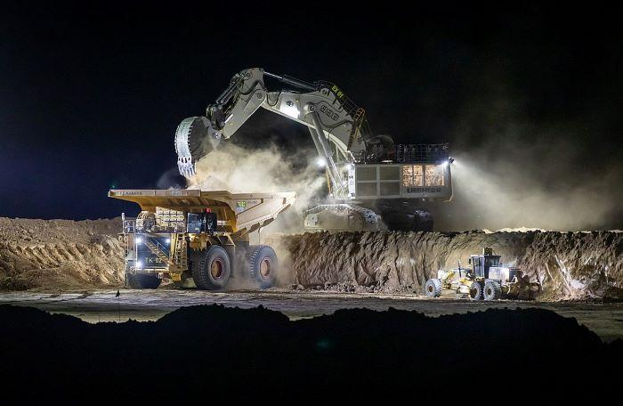Adani's Carmichael mine strikes coal, will export to India starting this year